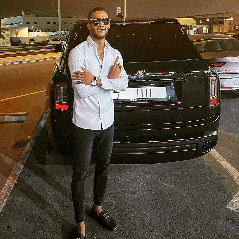 الفنان محمد رمضان صورته مع سيارته الجديدة رولزرويس كولينان